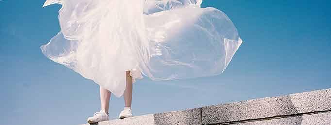 noia sibre casa amb plàstics