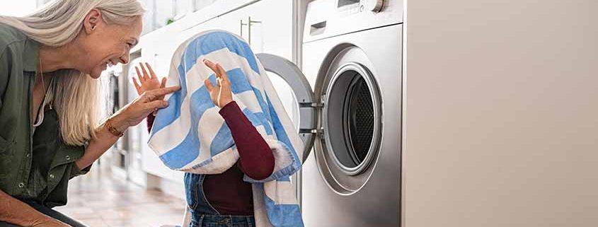 Abuela y nieta en la lavadora