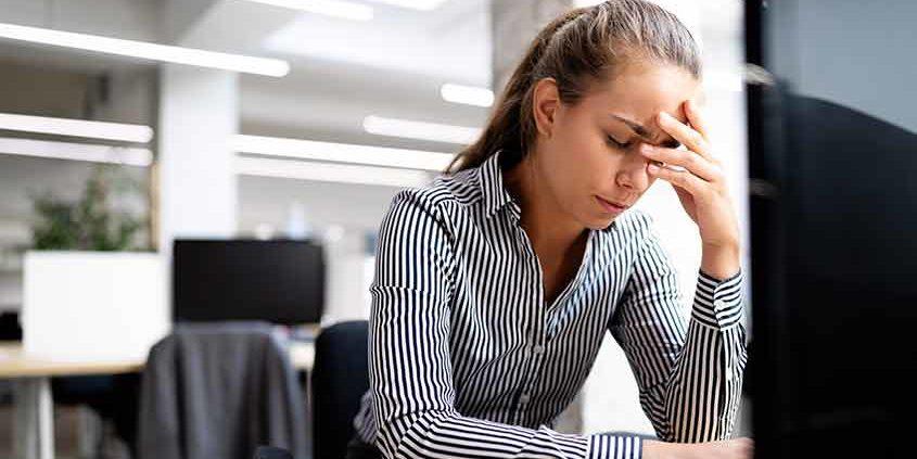 Trabajadora en oficina enferma